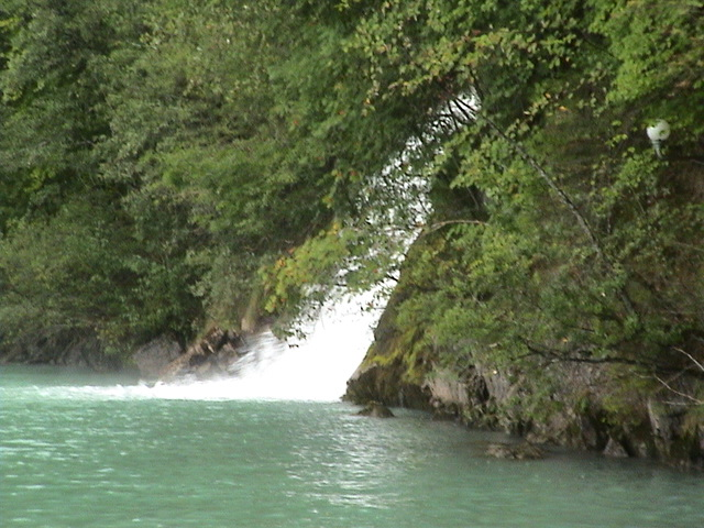 images/lake-thun-waterfall